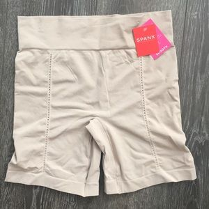 🆕 Spanx Mid Thigh Smooth Short Size Large